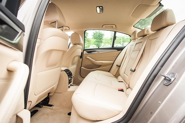BMW 520i giảm 390 triệu tại Việt Nam, rẻ hơn Mercedes E180