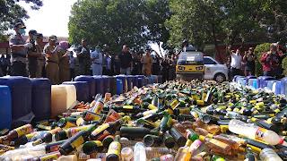 Satnarkoba Polres Cirebon Musnahkan 14.842 Botol Berisi Miras