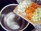 Supa de mazare cu galuste preparare reteta - punem in oala ceapa, ardeiul si morcovul tocate