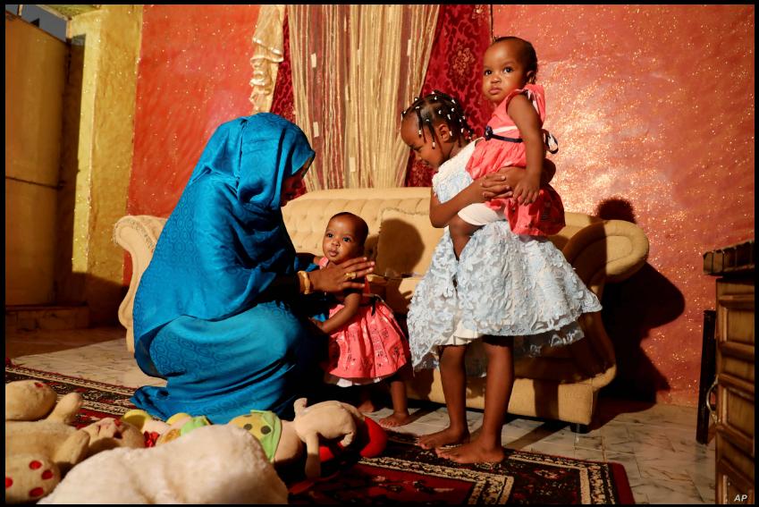 Youssria Awad juega con sus hijas en su casa, en Jartum, Sudán. Junio 14, 2020 / AP