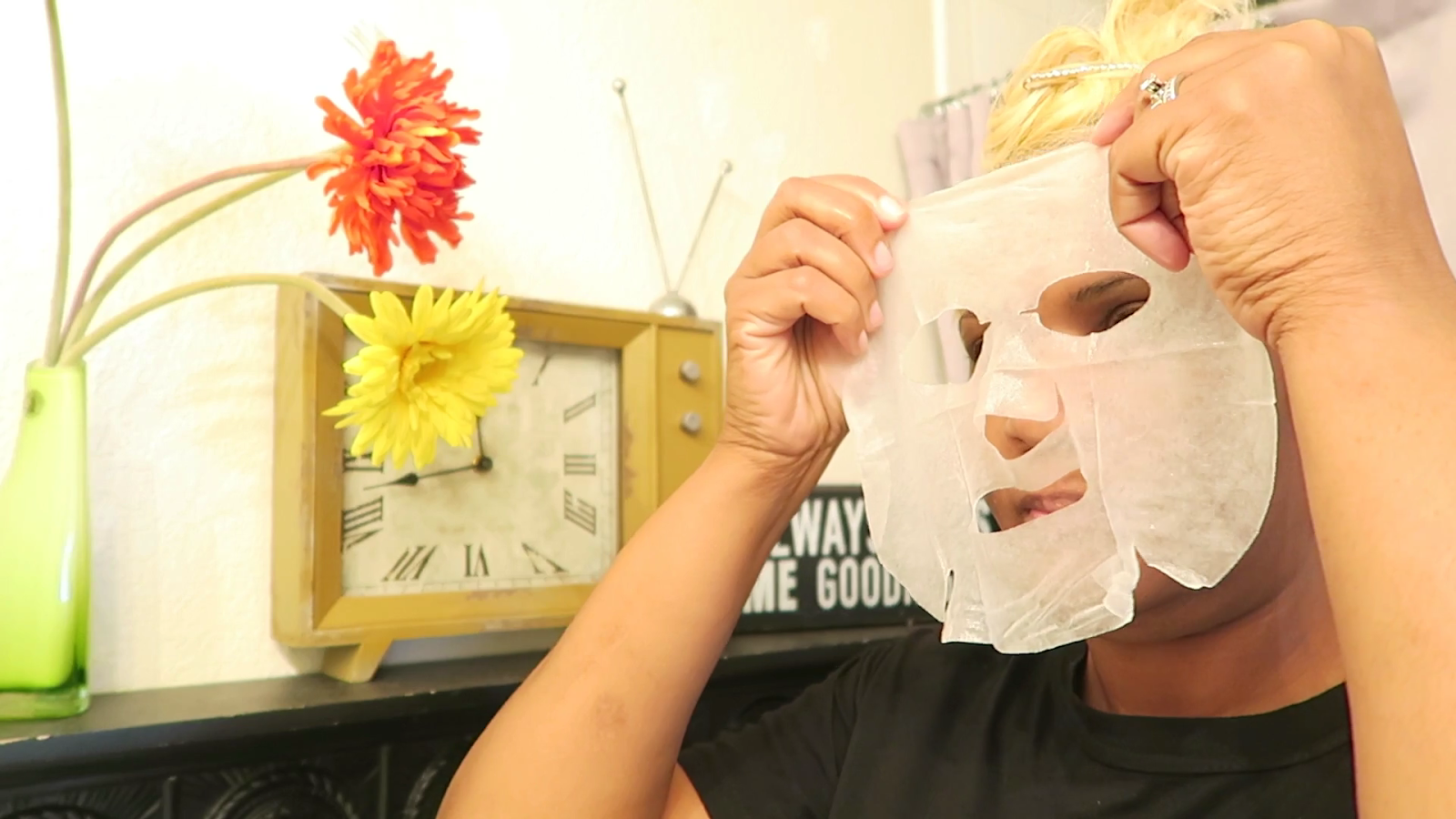Image:Woman trying on beauty mask