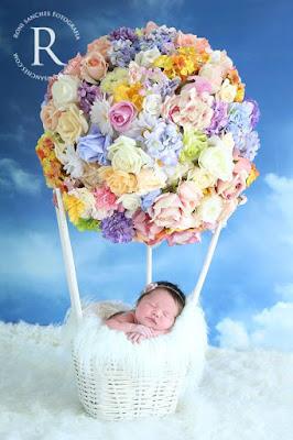 Bebê recém-nascida voando de balão