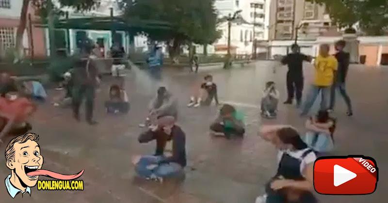 PNB desinfecta a la fuerza a los jóvenes que andan vagabundeando por las calles