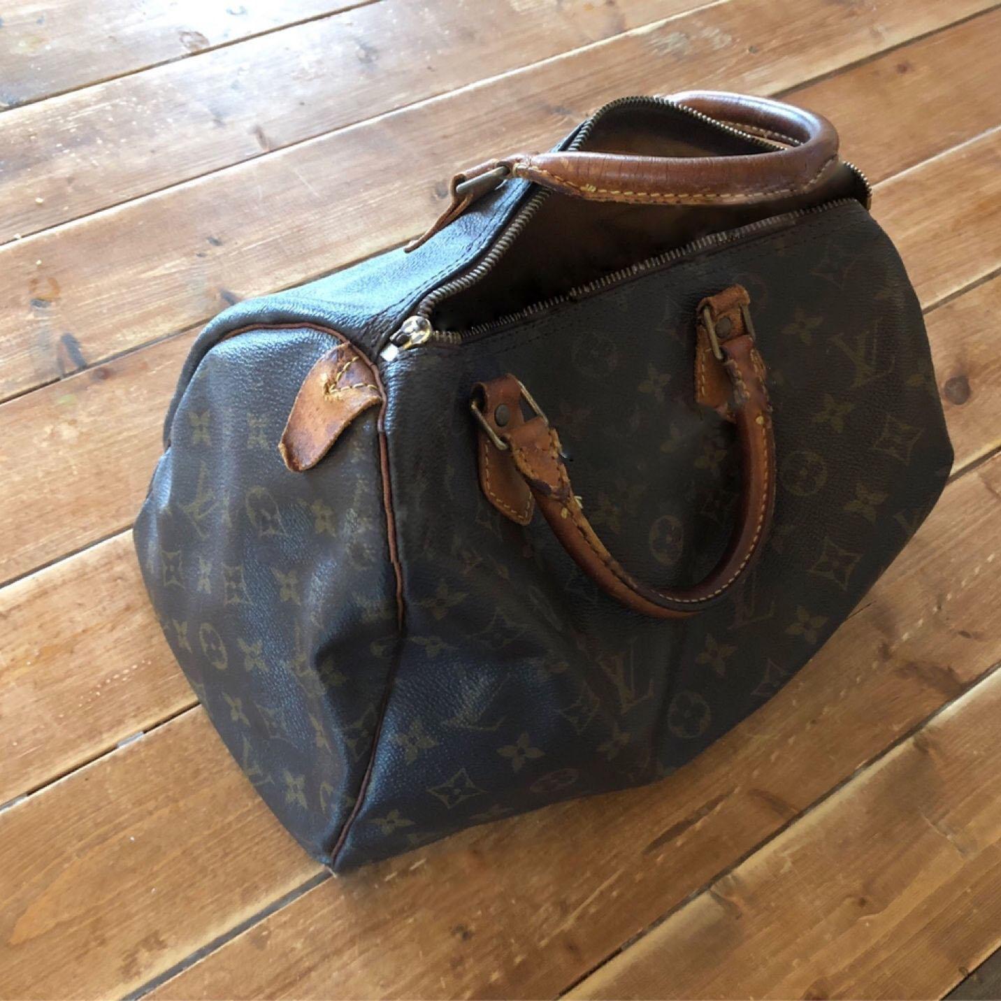 Chiếc túi cũ đã hỏng khóa và mục tay cầm