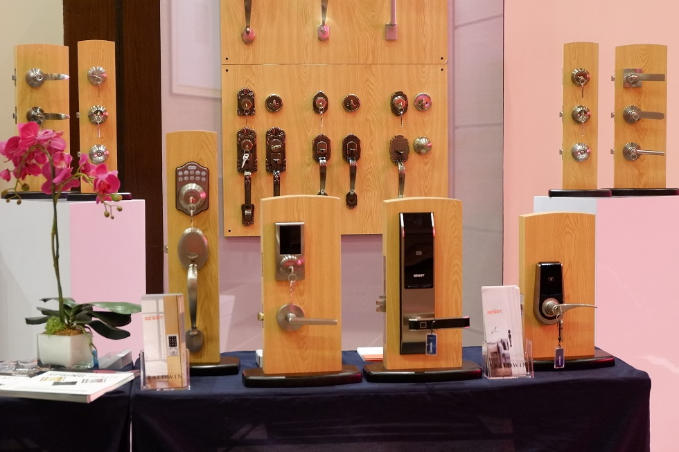 automatic and ordinary door knobs
