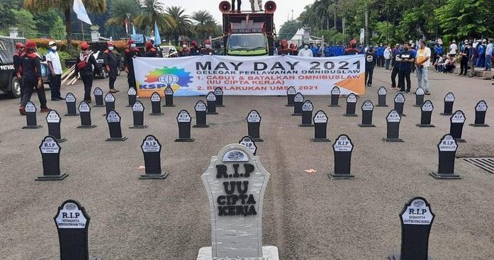 "Nisan ""RIP UU Cipta Kerja"" Ramaikan Aksi May Day 2021"