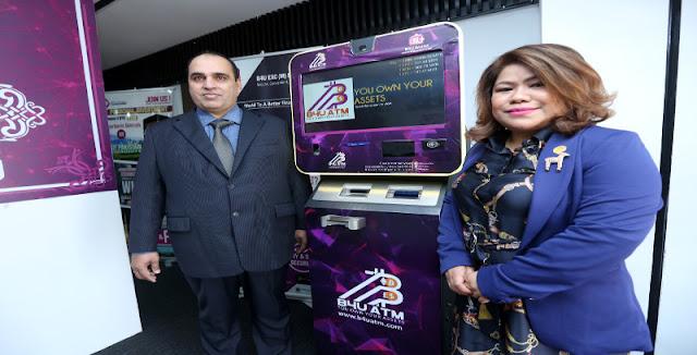 Husni (kanan) bersama pengasas bersama B4U menunjukkan mesin Bitcoin ATM Wallet.