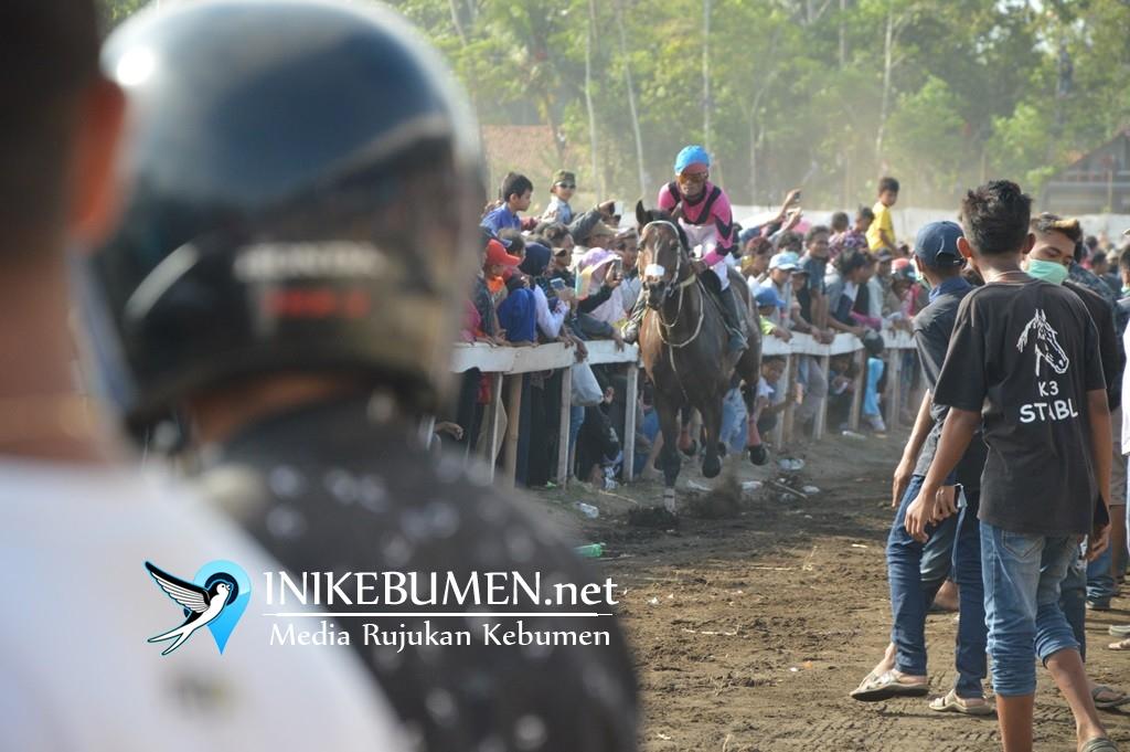 Nekat Terobos Lintasan, Warga Sruweng ini Ditabrak Kuda pada Final Pacuan Kuda Ambal