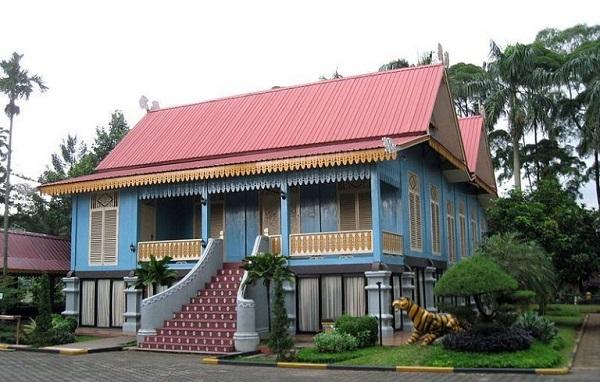 Rumah adat Kepulauan riau (Belah Bubung)