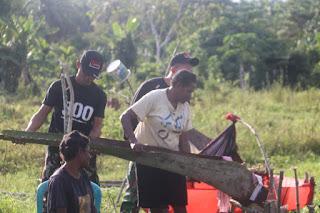 Satgas Raider 300 Bantu Masyarakat Papua Bikin Sagu