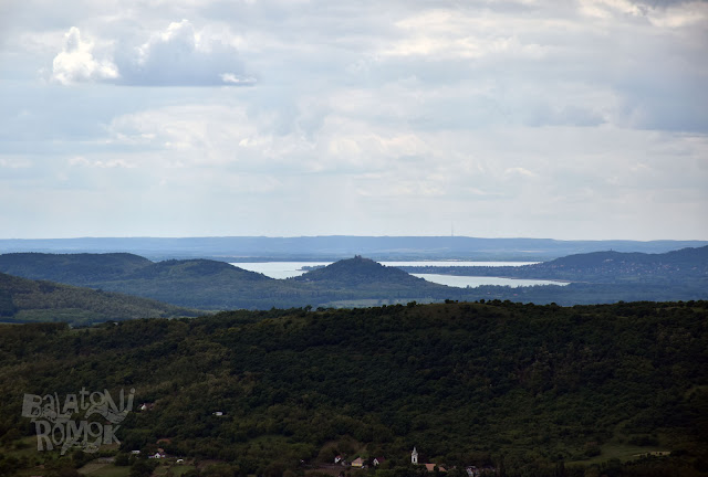 A Szigligeti vár és várhegy háttérben a Balatonnal