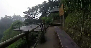 Dek tempat lihat air terjun pelangi atau Curug cimahi