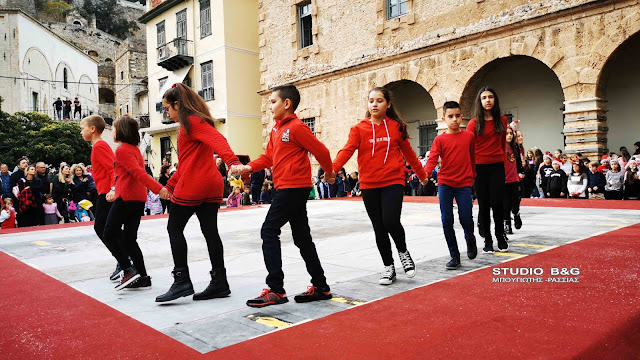 Παραδοσιακά κάλαντα και χοροί από μικρά παιδιά του Εργαστηρίου Ελληνικού Χορού στο Ναύπλιο (βίντεο)