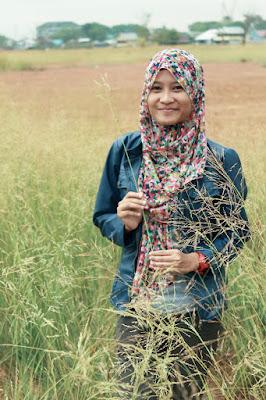 Hunting Foto Model Megawati di ilalang