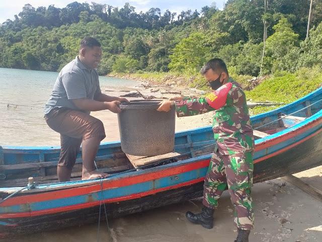 Guna menumbuhkan ekonomi masyarakat, Serda Aan ( Babinsa) membantu Nelayan dipesisir pantai