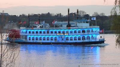 Louisiana Star Hamburg beleuchtet am Abend