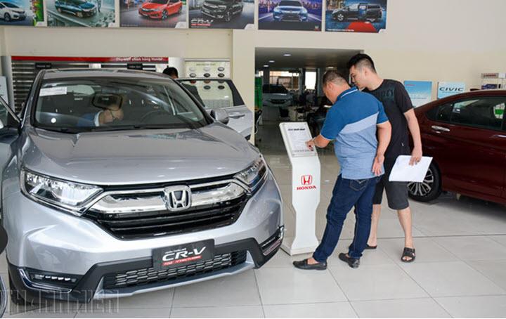 Đại lý cắt giảm ưu đãi, ô tô rục rịch tăng giá