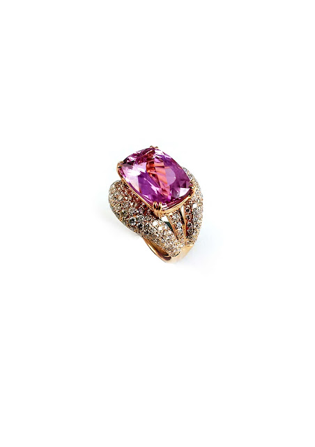 Mirari's cocktail ring with a whooping 12.05 ct kunzite rock, handcrafted in 18 kt yellow gold