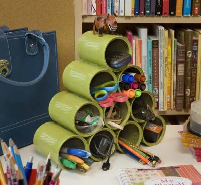 Atau tumpuk kaleng membentuk piramida untuk membuat tempat pensil yang lebih unik