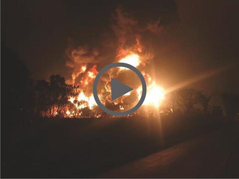 Kilang Minyak Pertamina Balongan Meledak Terbakar Diduga Tersambar Petir