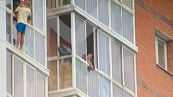 34-летний Роман Терентьев из Иркутска взял в заложники 3-летнего сына и грозился спрыгнуть с ним с тринадцатого этажа