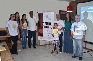 """APAE Cananéia promove lançamento do livro """"Esse gato ninguém segura"""" do escritor jornalista Cláudio Junqueira"""