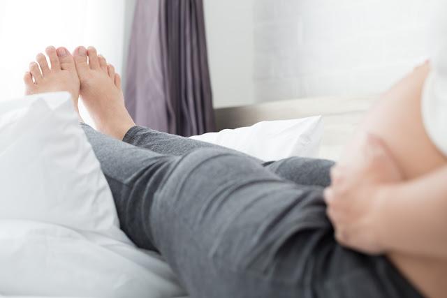 ibu hamil, mengganjal kaki dengan bantal, selonjoran kaki, kaki selonjor, duduk yang baik saat hamil