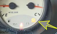 Gambar lampu kuning meter kereta menyala