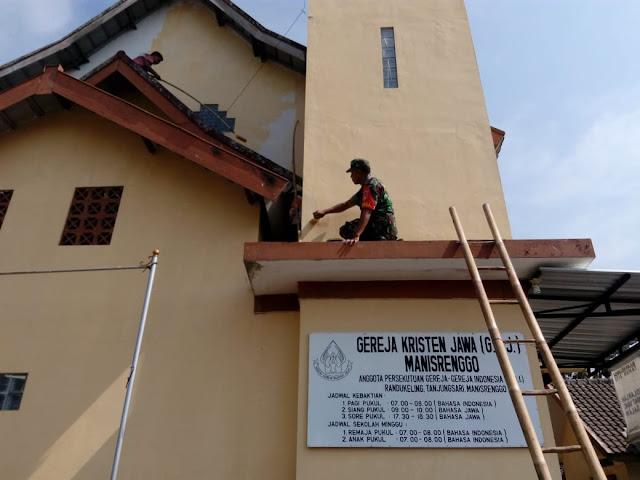 Babinsa Manisrenggo Bantu Rehab Gereja