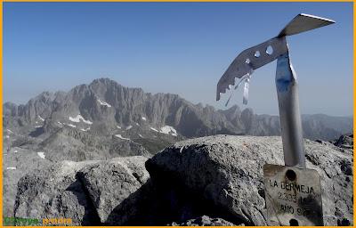 Vistas hacia Peña Santa desde Torre Bermeja en Picos de Europa.