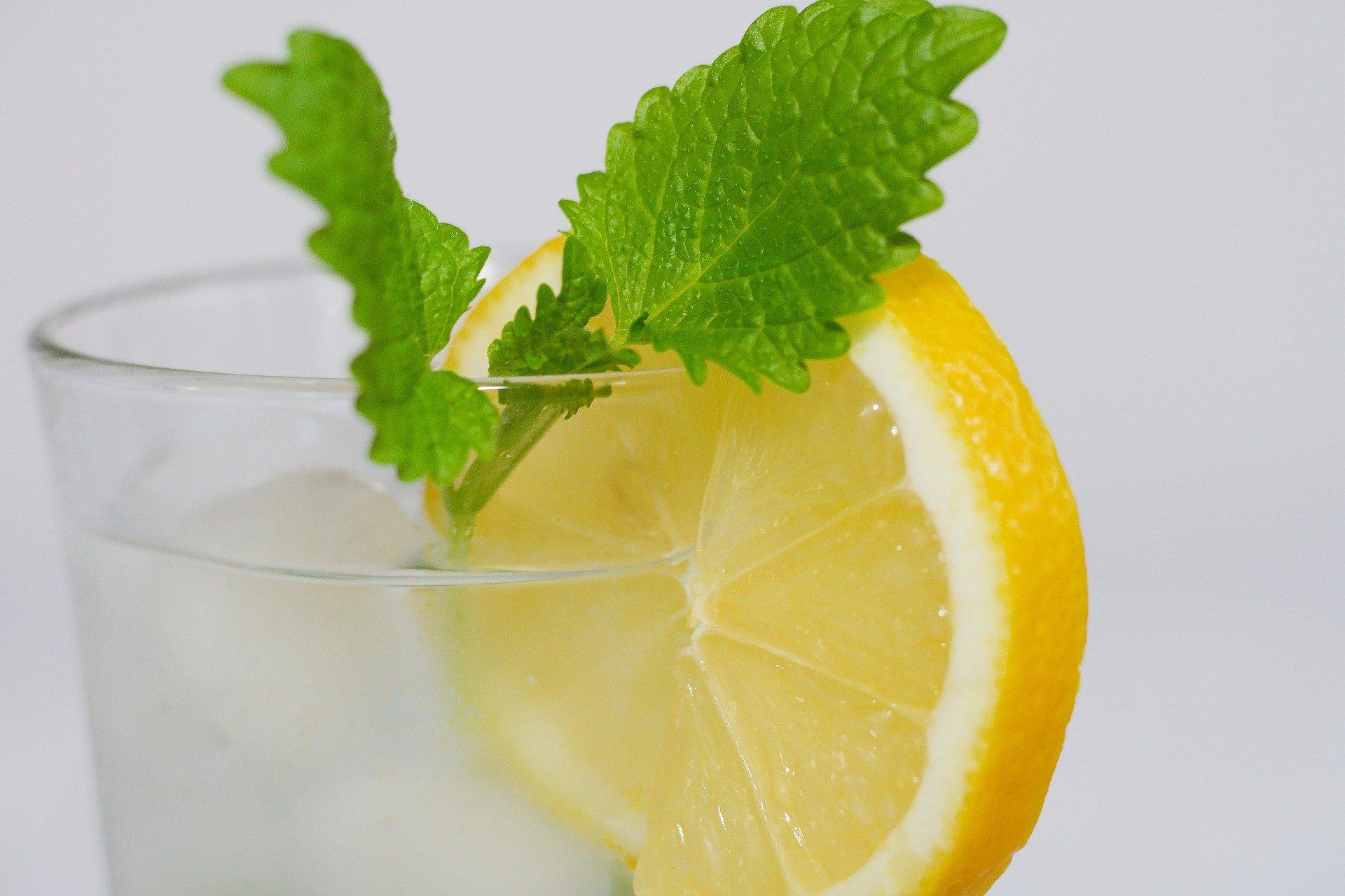 فوائد تناول عصير الليمون الصحية والجمالية