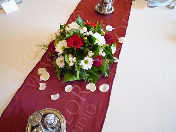 Bordó futón bordó fehér esküvői asztaldísz körasztalra, fehér rózsaszirmokkal