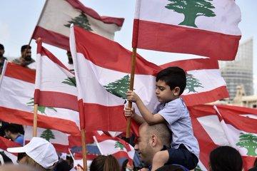 صور أطفال لبنان يحملون العلم في ساحات المظاهرات .!