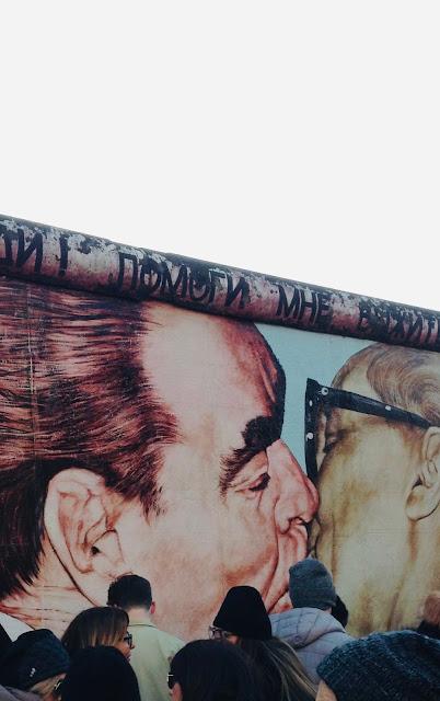 Beso fraternal mural famoso Berlin