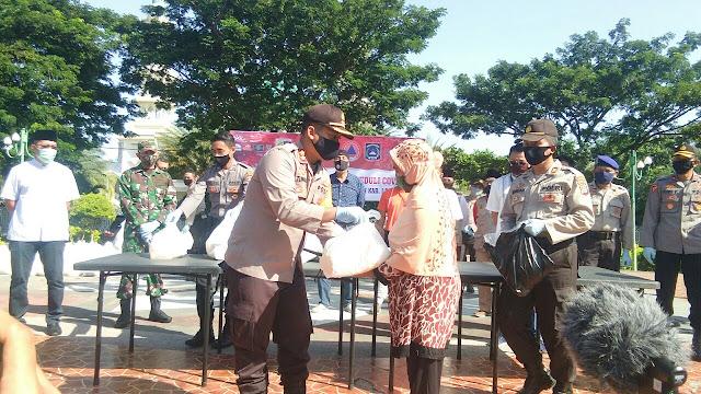 Polres Lotim Bagi Sembako untuk Warga Terdampak Covid-19