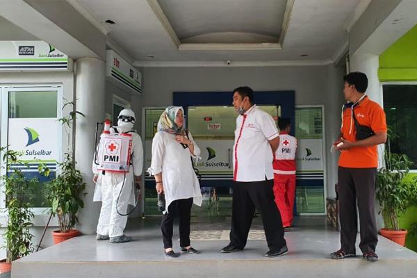 Cegah Pandemi Coronavirus: Kantor Bank Sulselbar Cabang Maros Disemprot Desinfektan