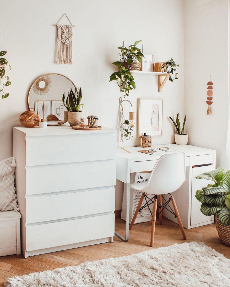 Biel, boho i styl skandynawski, wystrój wnętrz, wnętrza, urządzanie domu, dekoracje wnętrz, aranżacja wnętrz, inspiracje wnętrz, interior design, dom i wnętrze, aranżacja mieszkania, modne wnętrza, home decor, boho, styl skandynawski, scandinavian style, białe wnętrza, biurko, domowe biuro, miejsce do pracy, IKEA