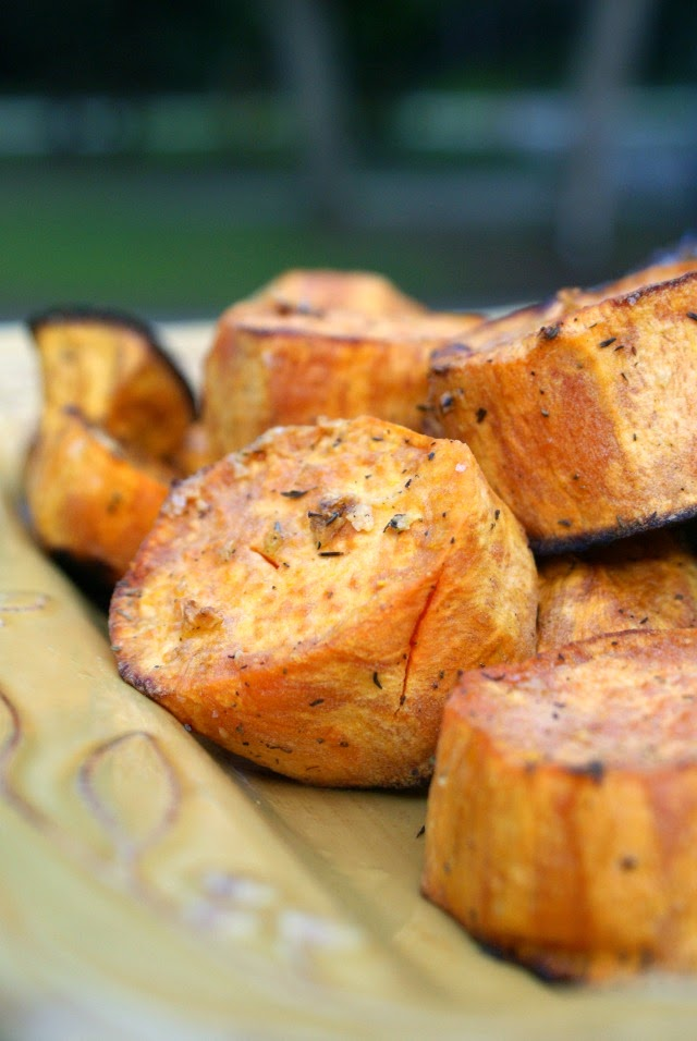 Garlic and Herb Roasted Sweet Potatoes | thetwobiteclub.com