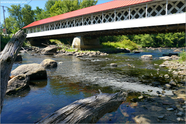 Lateral del Puente Cubierto Ashuelot Covered Bridge en New Hampshire