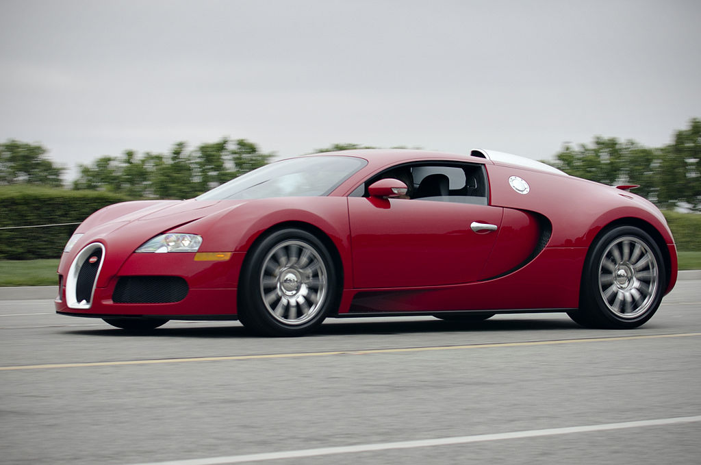 Red_Bugatti_Veyron_on_the_road_expensive-car