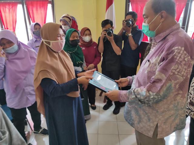 Walikota Tebingtinggi Secara Simbiolis Serahkan Alat Bantu Kepada 30 Penyandang Disabilitas dan 154 Piagam Penghargaan Graduasi PKH