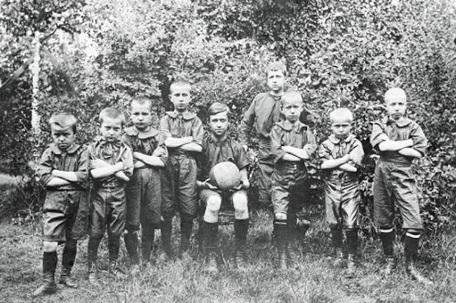 Заводские спортивные клубы и общества. Футбольная команда детей служащих Никольской мануфактуры. Орехово-Зуево.