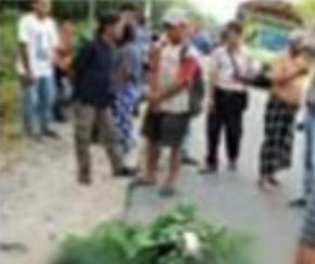 Warga berkerumun di lokasi kecelakaan