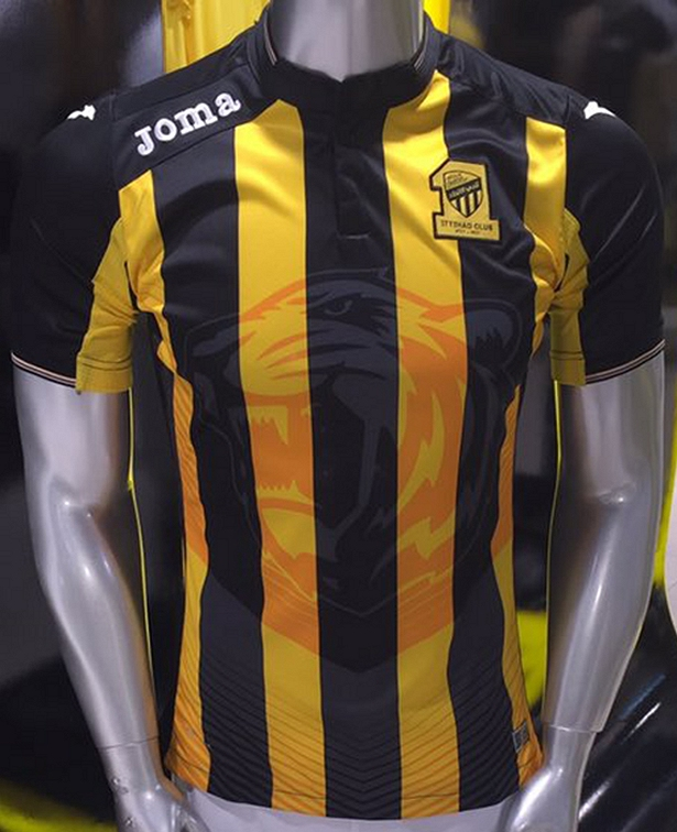 O modelo é listrado horizontalmente em amarelo e preto e tem um tigre  estampada na parte central da camisa. 5515d3f626c86