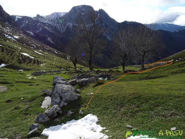 Ruta a Peña Melera y Los Pandos: Bajando a la Majada Pedroso en Aller