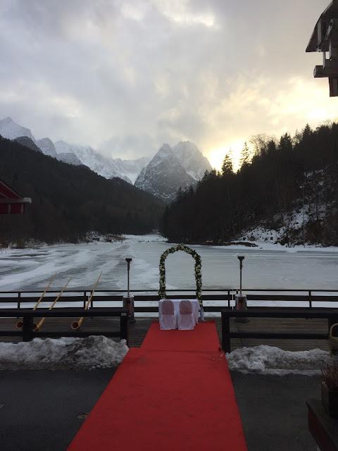 Winter am See und in den Bergen, Eisblau und Leuchtrot, Winterhochzeit in den Bergen von Bayern, Riessersee Hochzeitshotel Garmisch-Partenkirchen, Winter wedding in Bavaria, Germany