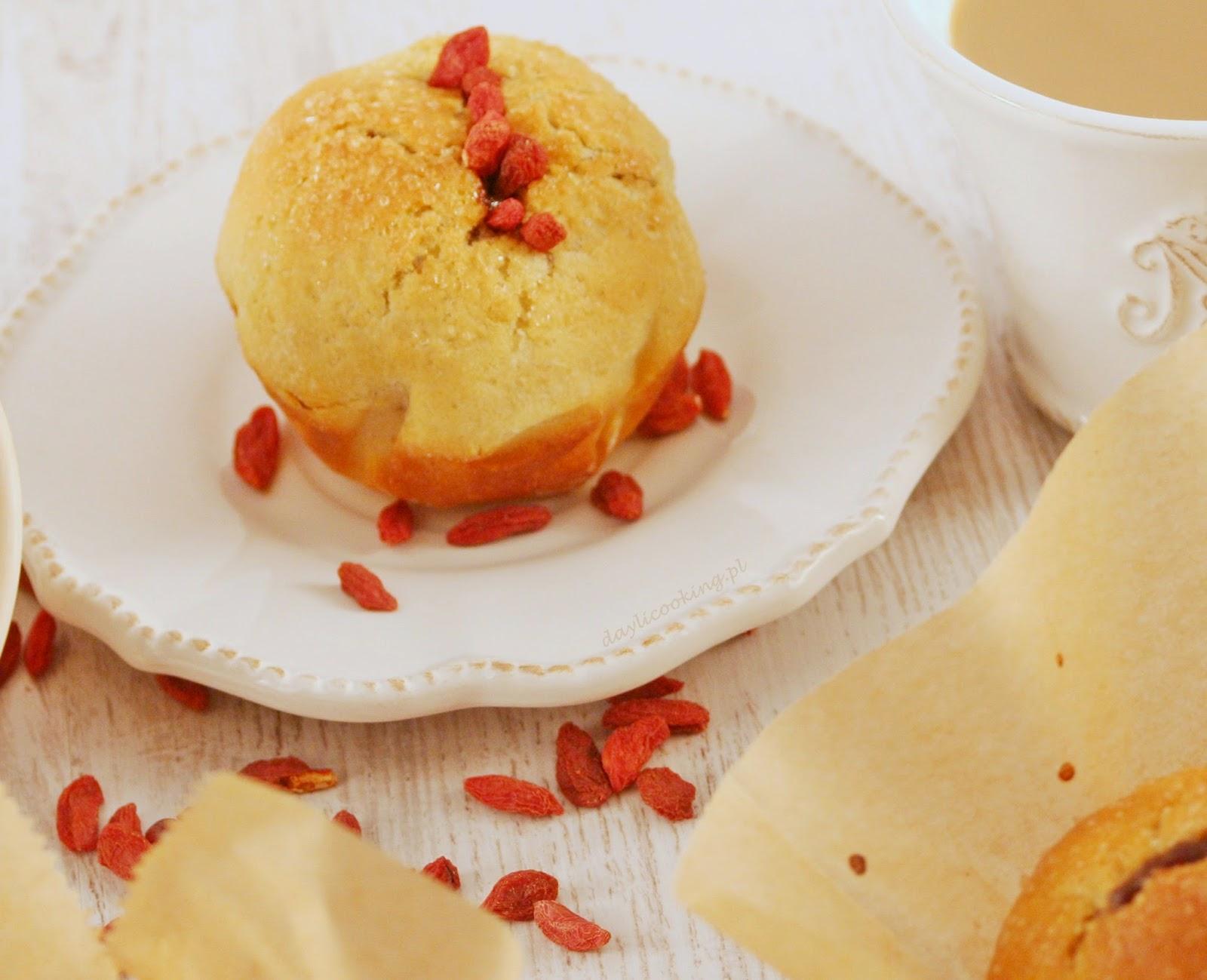 Drożdżowe bułeczki muffinkowe z czekoladą i jagodami goji