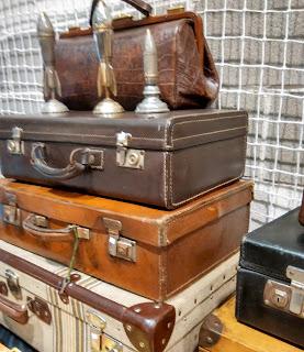 maletas antiguas en el desembalaje de antiguedades de arriondas