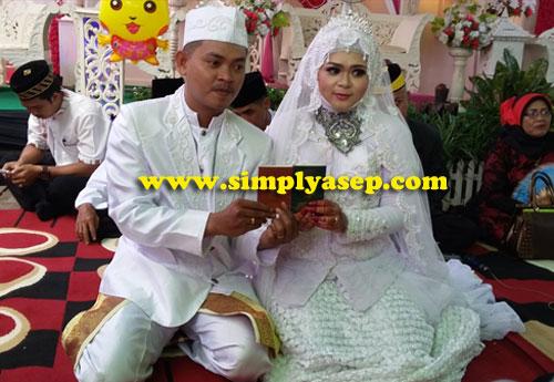 SAH :  Begitu mereka dinyatakan SAH sebagai pasangan suami istri dan sudah menandatangani Buku Nikah kemudian memperlihatkan kepada awak media atau juru foto.  Feel like celebrity. Foto Asep Haryono