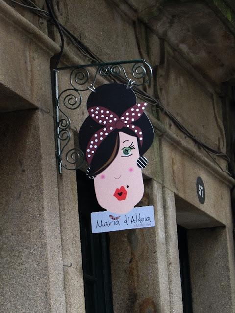 placa de ublicidade de uma loja no centro de Ponte de Lima